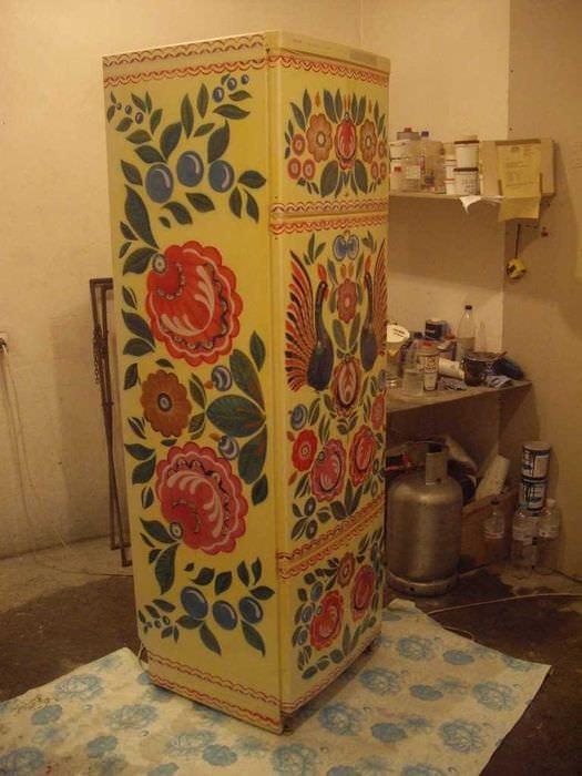 идея необычного оформления холодильника на кухне