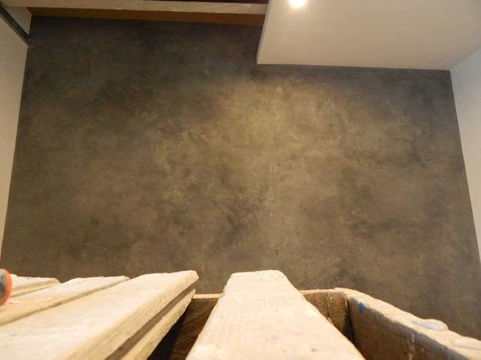 идея необычной декоративной штукатурки в дизайне гостиной под бетон