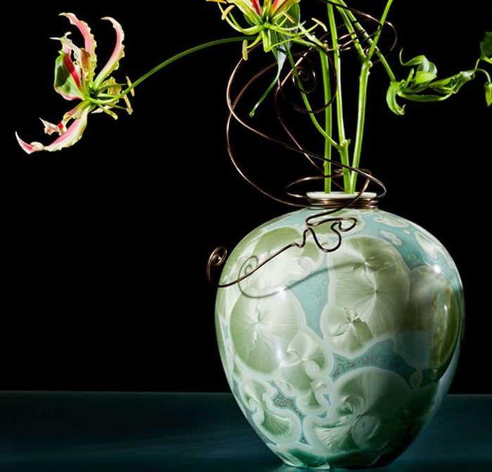 вариант красивого дизайна напольной вазы с декоративными цветами
