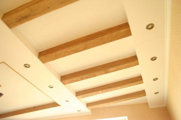 вариант красивого интерьера квартиры с декоративными балками