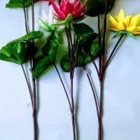 вариант оригинального декора напольной вазы с декоративными цветами картинка