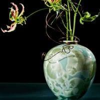вариант яркого интерьера напольной вазы с декоративными ветками фото