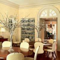 идея оригинального интерьера вазы с декоративными цветами картинка