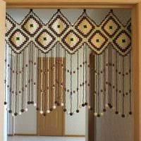 идея необычных декоративных штор в интерьере комнаты картинка