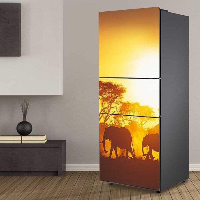 вариант оригинального декорирования холодильника на кухне