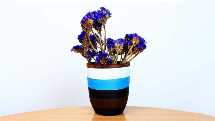 вариант оригинального оформления настольной вазы