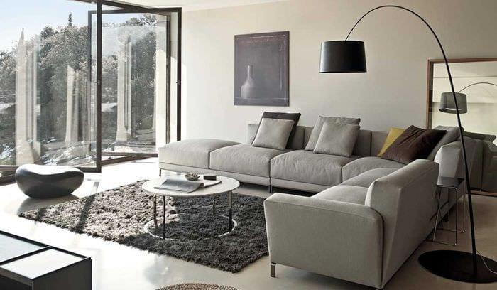идея необычного интерьера квартиры с диваном