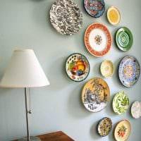 вариант необычного дизайна спальни с декоративными тарелками на стену фото