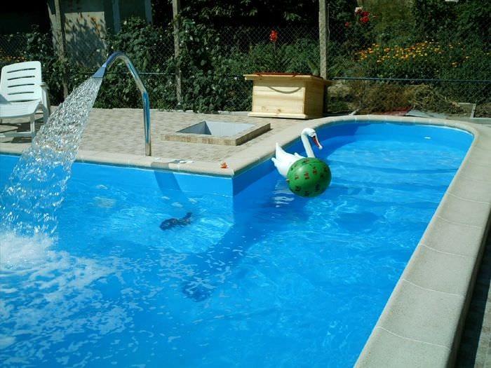 вариант красивого интерьера небольшого бассейна