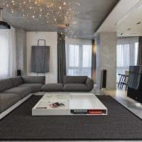 вариант оригинального интерьера комнаты с диваном картинка