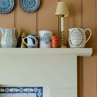 идея оригинального интерьера квартиры с декоративными тарелками на стену картинка