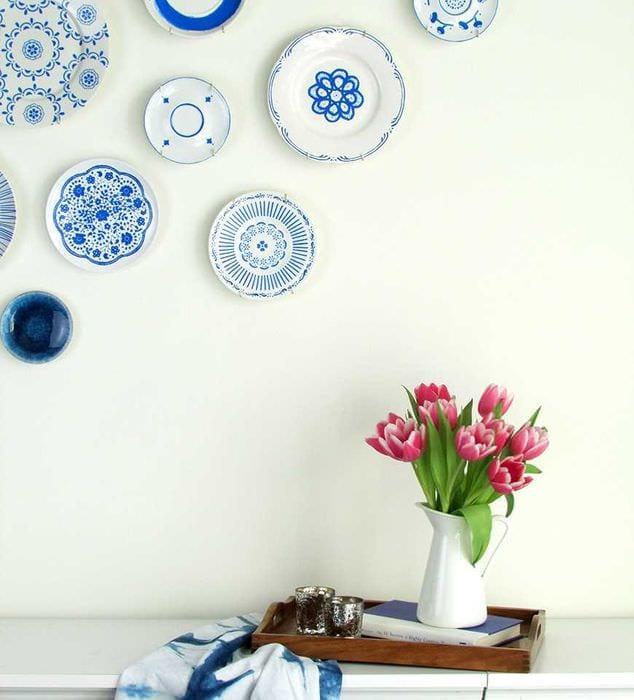 идея яркого оформления квартиры с декоративными тарелками на стену