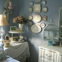 вариант необычного стиля гостиной с декоративными тарелками на стену фото