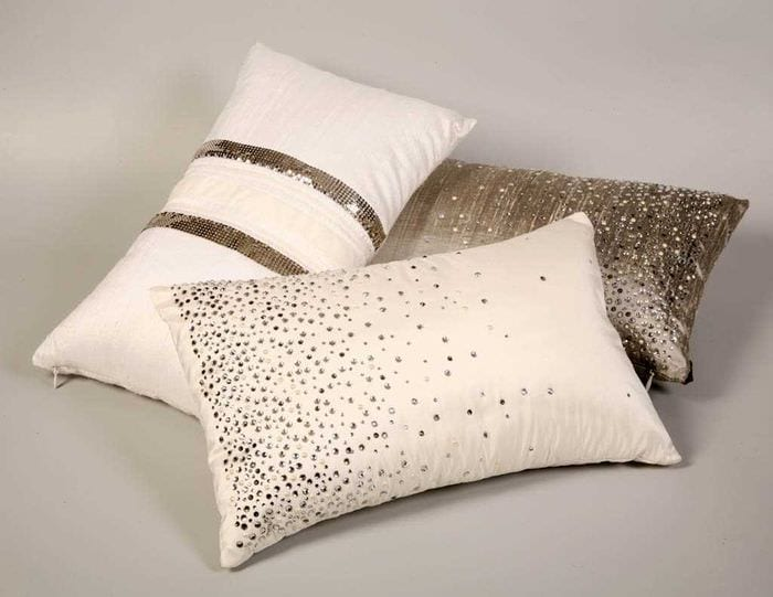 вариант современных декоративных подушек в интерьере спальни