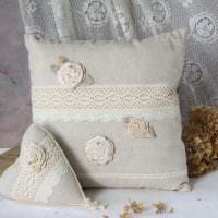 идея необычных декоративных подушек в стиле спальни картинка