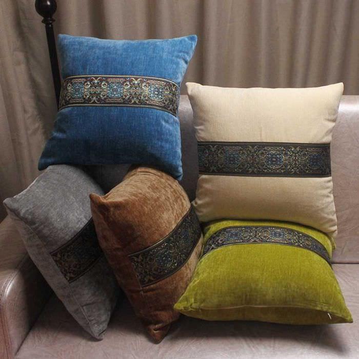 вариант красивых декоративных подушек в дизайне гостиной