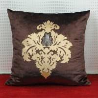 вариант современных декоративных подушек в интерьере гостиной фото