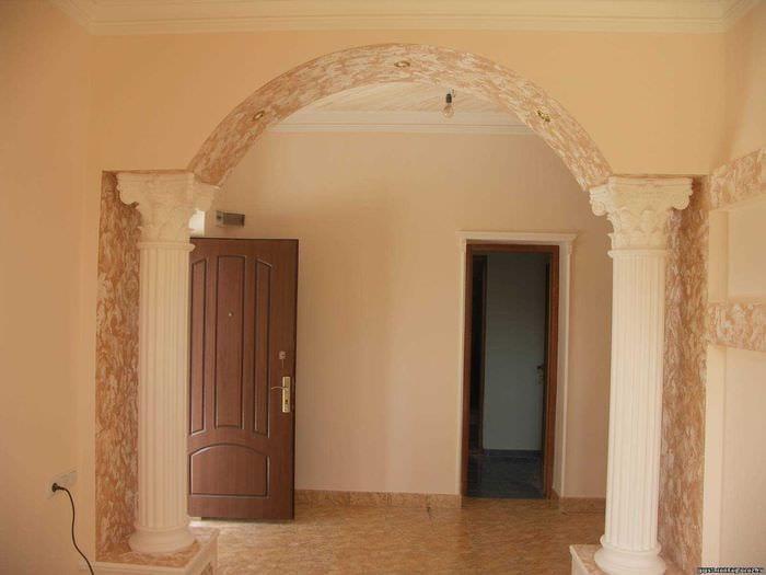 идея красивого интерьера спальни с аркой