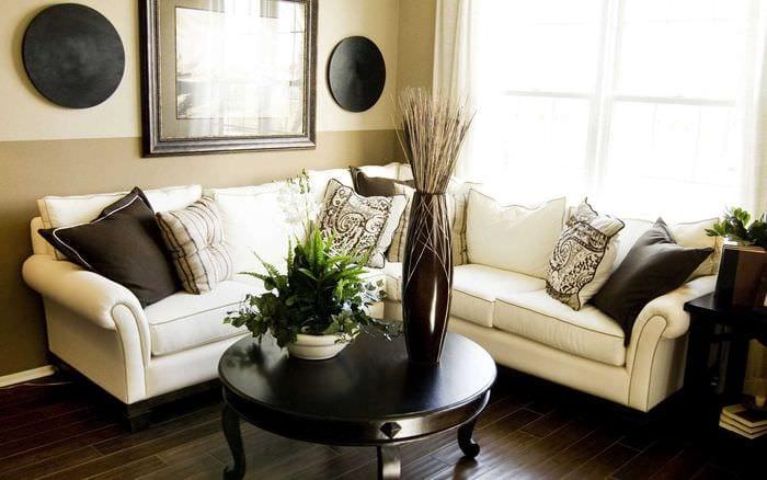 вариант необычного декора гостиной с диваном