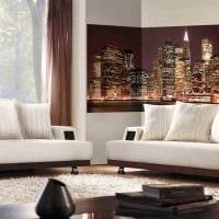 вариант яркого украшения стен в гостиной фото