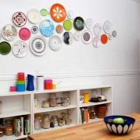 идея красивого оформления гостиной с декоративными тарелками на стену фото