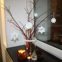 идея красивого декора напольной вазы с декоративными цветами картинка