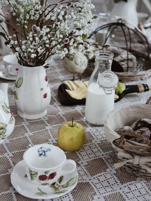 вариант яркого декорирования стола
