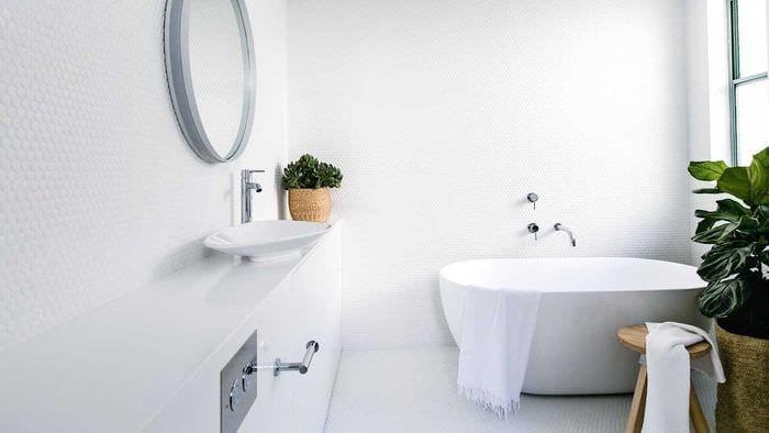 вариант оригинального стиля белой ванной комнаты