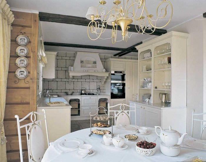 вариант красивого оформления квартиры с декоративными тарелками на стену