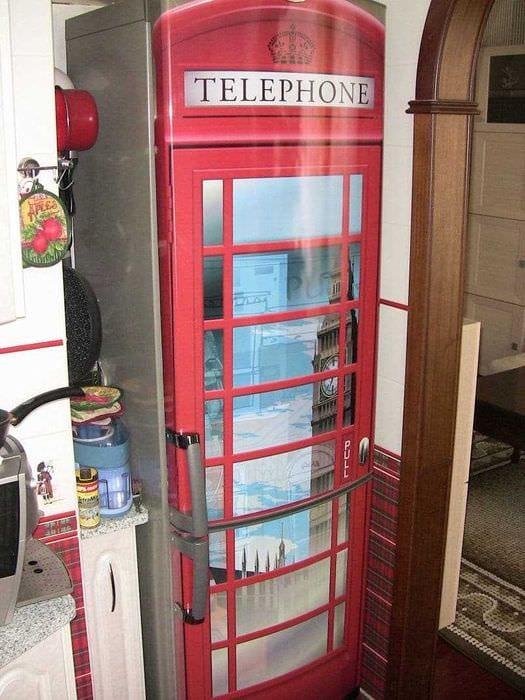 идея оригинального оформления холодильника на кухне