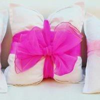 идея оригинальных декоративных подушек в дизайне спальни картинка