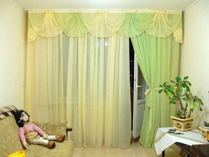 вариант необычных декоративных штор в интерьере комнаты