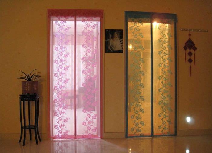 идея оригинальных декоративных штор в стиле комнаты