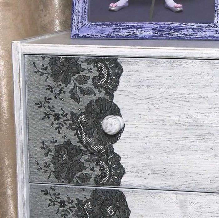 вариант декорирования стола подручными материалами
