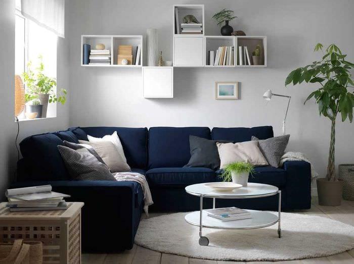вариант оригинального декора комнаты с диваном