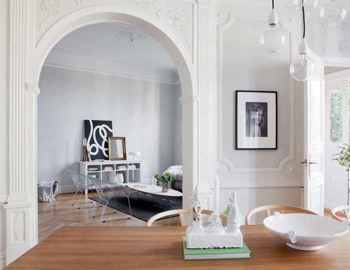 вариант оригинального интерьера гостиной с аркой