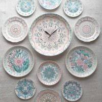 идея оригинального оформления спальни с декоративными тарелками на стену фото