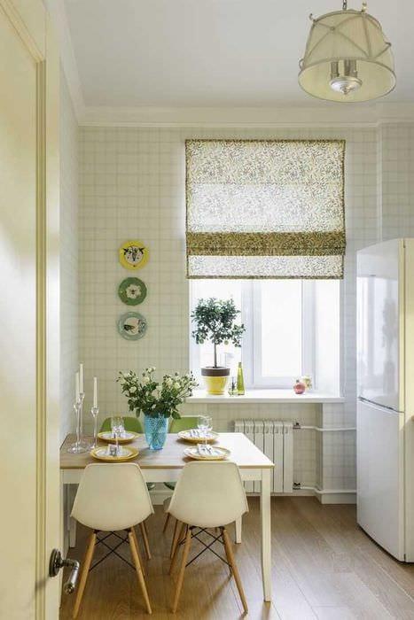 вариант необычного оформления квартиры с декоративными тарелками на стену