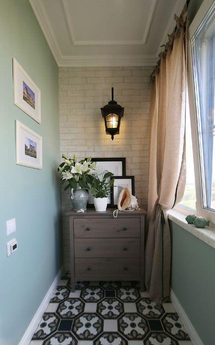 идея красивого стиля небольшого балкона