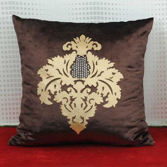 вариант необычных декоративных подушек в стиле гостиной