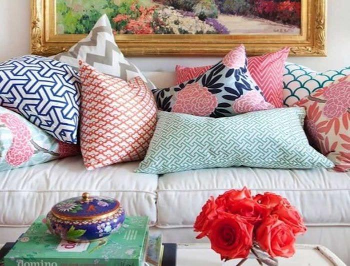 идея современных декоративных подушек в стиле гостиной