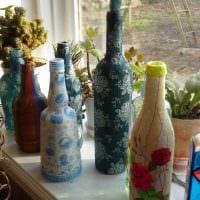 вариант необычного декорирования стеклянных бутылок солью картинка