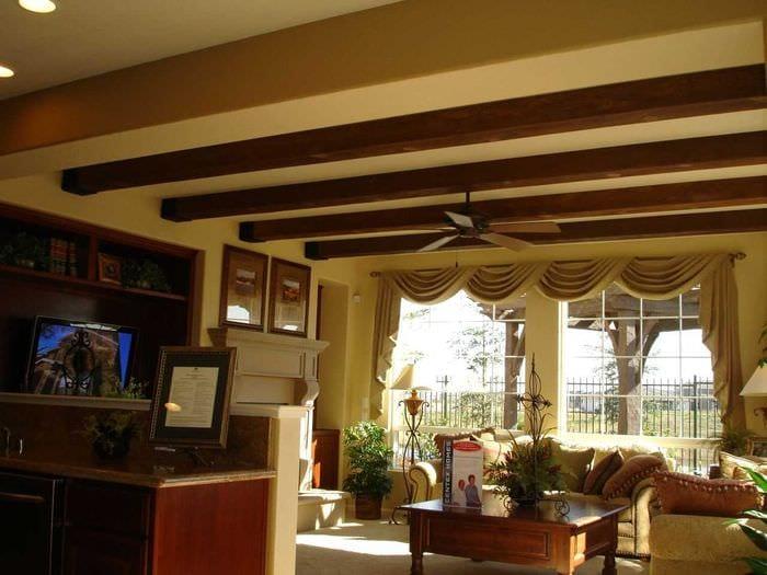 вариант яркого декора квартиры с декоративными балками
