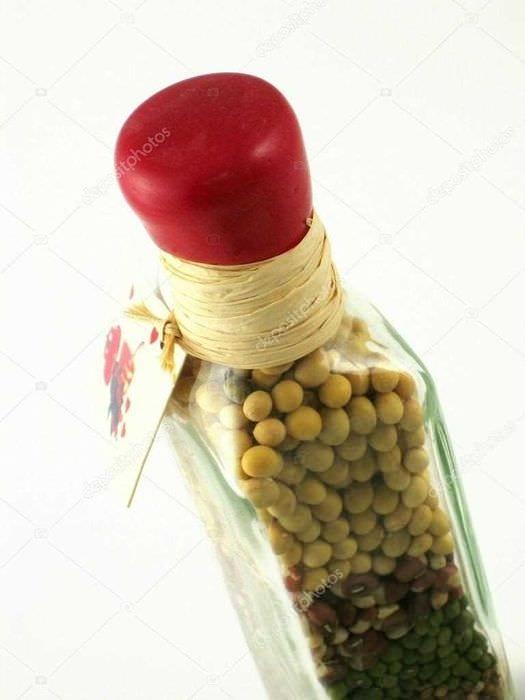 идея яркого декорирования стеклянных бутылок бисером