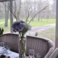 идея яркого дизайна вазы с декоративными цветами картинка