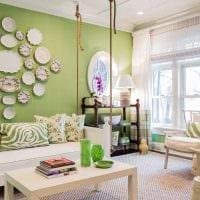 идея современного оформления спальни с декоративными тарелками на стену фото