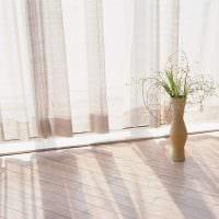 идея яркого интерьера напольной вазы с декоративными ветками фото