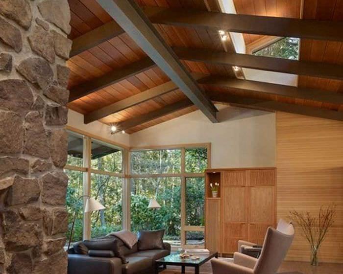 идея яркого дизайна дома в дереве