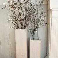 идея красивого дизайна напольной вазы с декоративными цветами фото