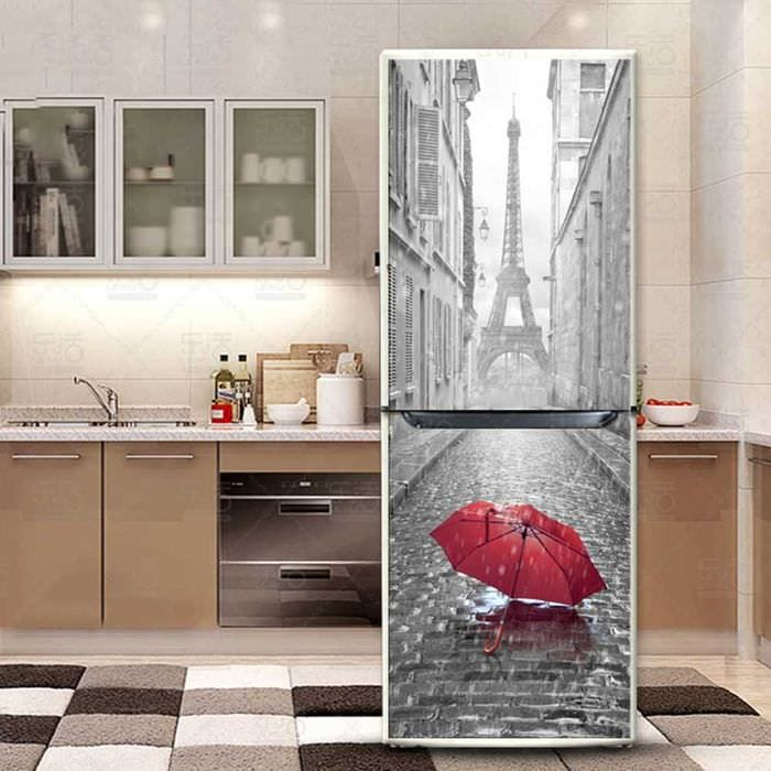 вариант яркого декорирования холодильника